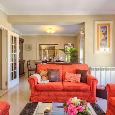 5 cambios exprés para darle alegría a tu viejo sofá