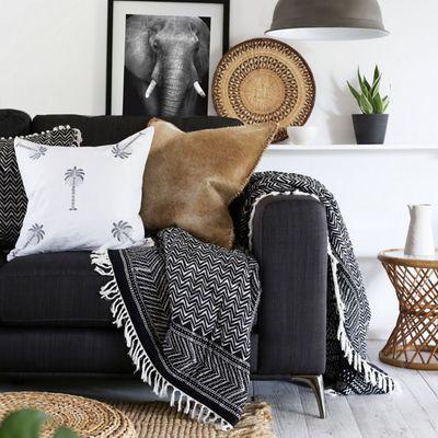 Sofá con textiles en blanco y negro