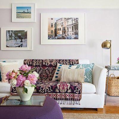 Sofá y cuadros del salón