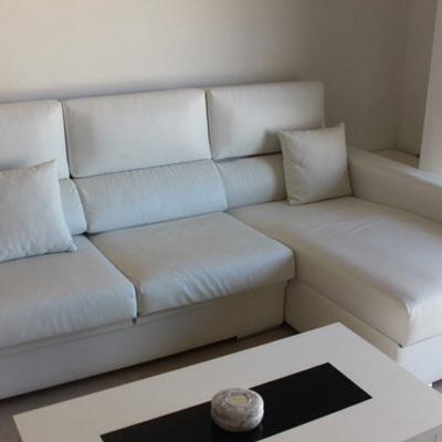 Sofá y mesa centro.