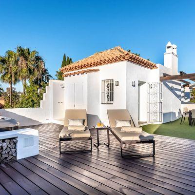 Césped artificial, tarima o baldosa: ¿Qué elegir para tu balcón o terraza?