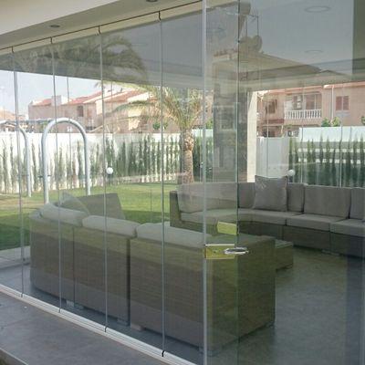 Cortina de vidrio corredera-batiente en Alicante