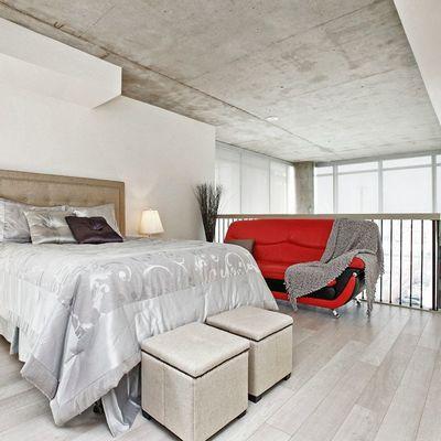 dormitorio con hormigón en el techo