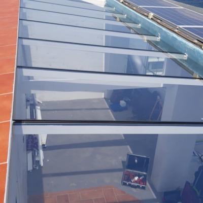 Cerramiento con nuestro sistema de cortinas de cristal y techo techagrass en cristal