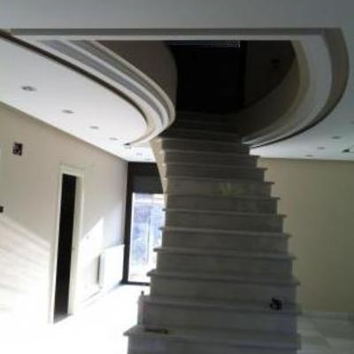 Escalera haciendo curvas en el techo