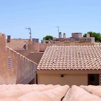 Reparación de un tejado por falta de ventilación