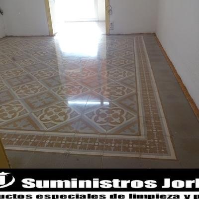 Restauración, pulido y abrillantado en pavimento de mosaico hidráulico.