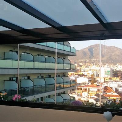 Instalación de techo fijo de vidrio y cortina de cristal en Fuengirola.