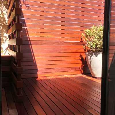 Pulido acuchillado de tarima de madera y tratamiento de protección teca