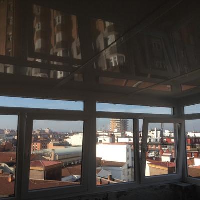 Trabajo de una terraza de PVC, con techo de aluminio aislante y canalon