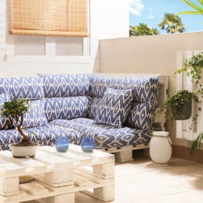 Terraza decorada con muebles de palets y cojines