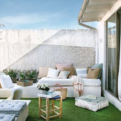 terraza pequeña con césped artificial