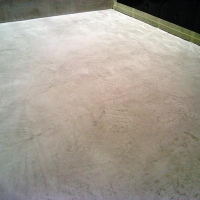 textura del microcemento en el suelo del baño