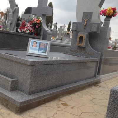 Lápida en el cementerio de Moraleja de Enmedio (Madrid).