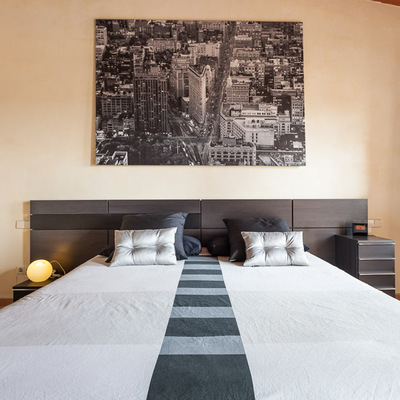 Un dormitorio minimalista en un ambiente rústico