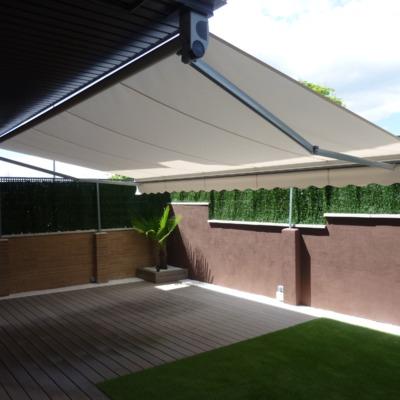 Toldo extensible: la solución perfecta para completar la habitabilidad de un precioso jardín actual en las Rozas
