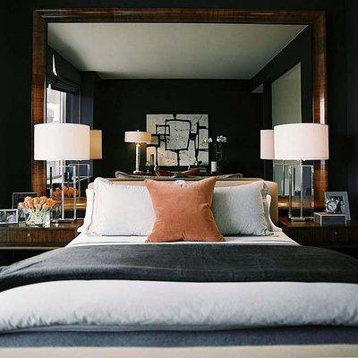 Un gran espejo en el dormitorio