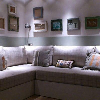 Una sala de estar con paredes envejecidas.