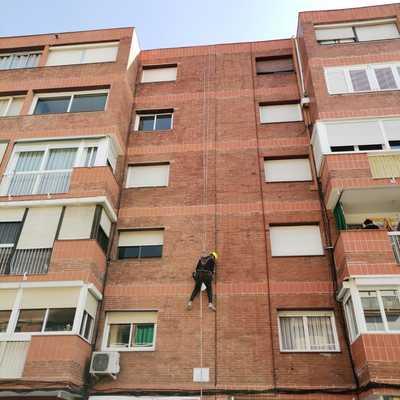 Arreglos en fachada de edificio, trabajo vertical.