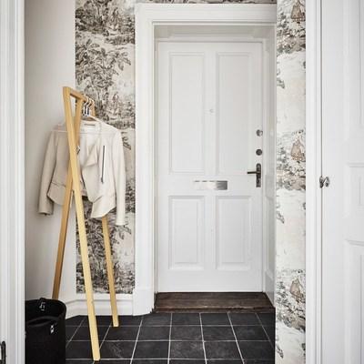 Un elegante estudio de paredes negras y decoración vintage