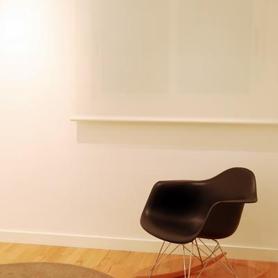 Un piso de estilo moderno que combina con acierto el blanco y el negro