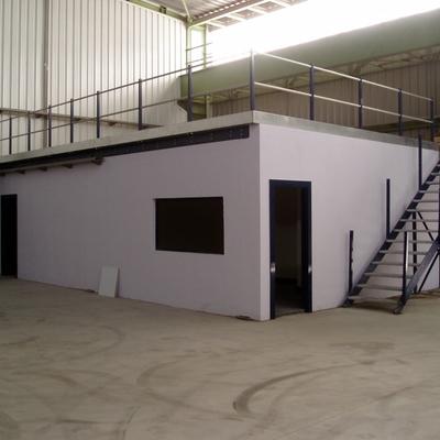 Vestuarios, oficina y almacén en pabellón industrial.