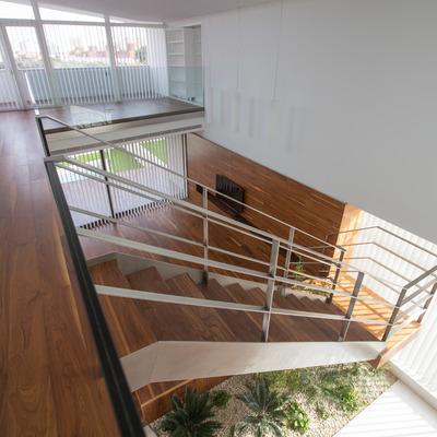 Vista de doble altura sobre el Salón con estudio biblioteca al fondo