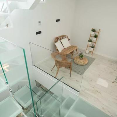 Un apartarmento que usa la escalera para iluminar