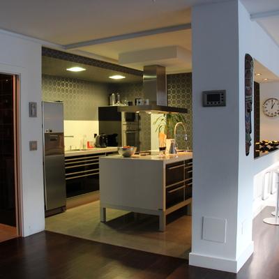 Vista de la cocina y barra al salón