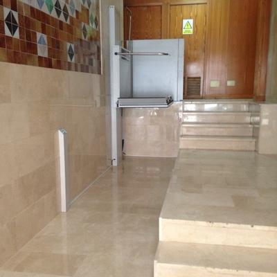 Instalación de plataforma salvaescaleras vertical en comunidad de propietarios, en Palma de Mallorca