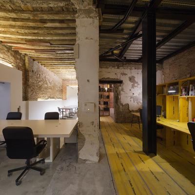 Vista de las dos zonas del estudio: oficina de arquitectura y taller de diseño