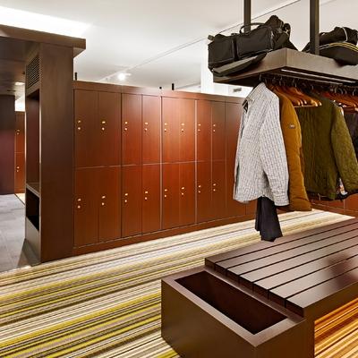vista de vestuarios y pasillo