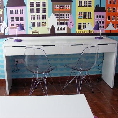 Vista escritorio y sillas de policarbonato transparente.