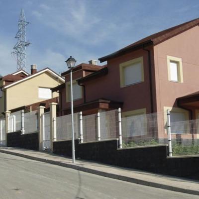 Construcción de viviendas adosadas.
