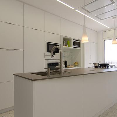 Vista general de la cocina con armario abierto