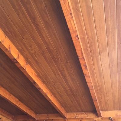 Porche de madera con sándwich  imitación de teja y madera por la parte inferior