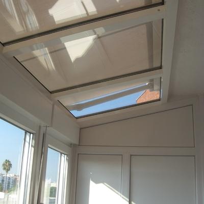 Cerramiento de PVC, techo acristalado y toldo exterior motorizado