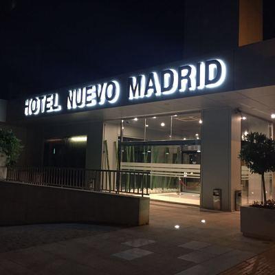 Instalación de rótulos e iluminación en un  hotel nuevo en Madrid