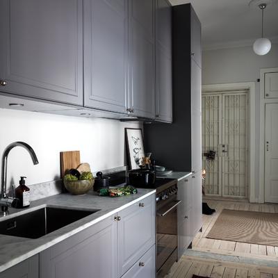 Vista lateral de cocina con bancada de marmol