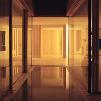 Vista nocturna del acceso.