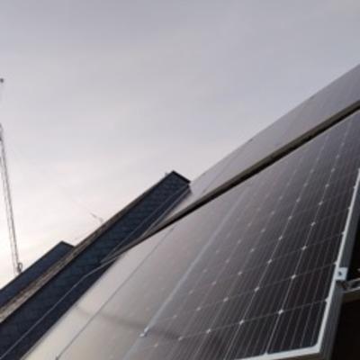 Autoconsumo para integrar bombas de calor y termo eléctrico en cubierta de pizarra a 2 aguas. 5,44 kW instalados