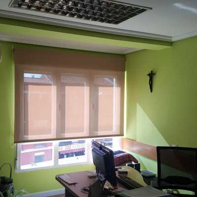 Cambiar el color de las paredes de un despacho y pintar el techo de blanco