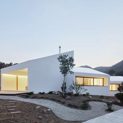 vivienda de fachada blanca