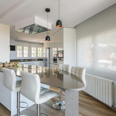 Una reforma con materiales nobles y paredes de vidrio