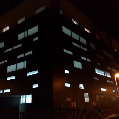 Vsita fachada almacén iluminado