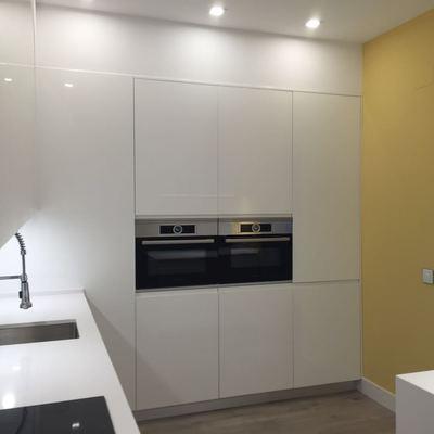 Zona de almacenaje, con frigo y lavadora integrados