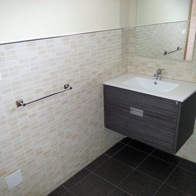 Demolici,on y reforma baño casa 12 para Aldeas Infantiles en Redondela