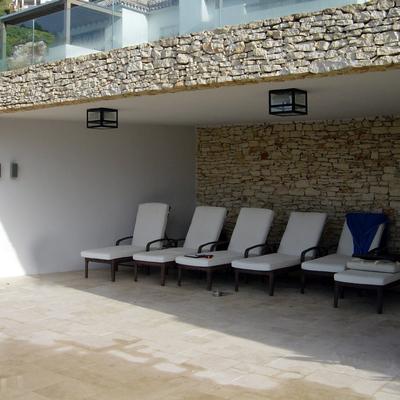 Zona de recreo junto a piscina