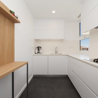 Estancia al detalle: reforma de cocina con amplio espacio de almacenamiento