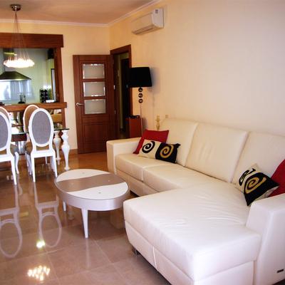 Zona salón: sofá con mesa de centro